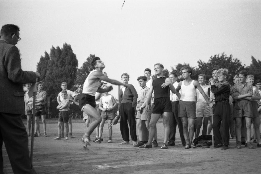 """""""Itze"""" Taake und Rolf Meier beim Start zum 100 m-Lauf (2. bzw. 4. von links); die Beiden beim Weitsprung und mit """"Kittel"""" Spreckelmeyer beim1000-Lauf (?) sowie Rolf beim Speerwurf"""