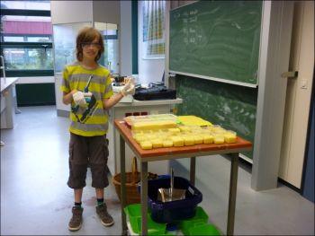 Justin B. ist begeistert von der selbstgemachten Seife und zeigt beide Daumen nach oben - Foto: EMA